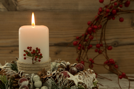 centerpiece: Elegant centerpiece for the Christmas table with a candle on a natural wreath Stock Photo