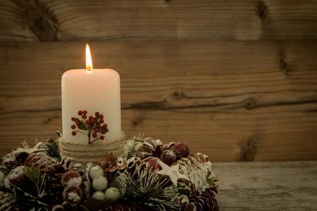 #65631187   Elegantes Herzstück Für Den Weihnachtstisch Mit Einer Kerze Auf  Einem Naturkranz