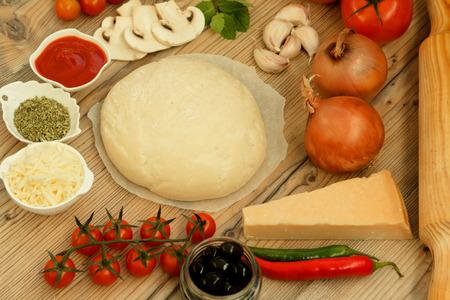 haciendo pan: Ingredientes para preparar una pizza vegetariana Foto de archivo