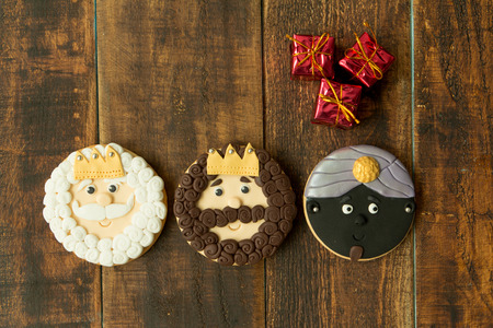 melchor: Delicious Christmas cookies a wooden table. Kings mages