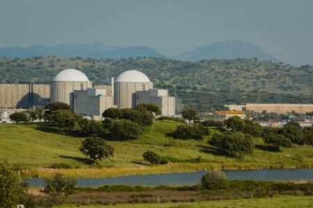 Almaraz centrale nucleare nel centro della Spagna, circondata da un campo verde