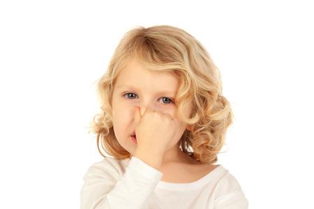 Kleines Kind, das seine Nase auf einem weißen Hintergrund abdeckt