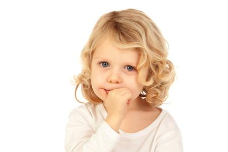 Kleine blonde Kind bitting seine Nägel isoliert ona weißem Hintergrund