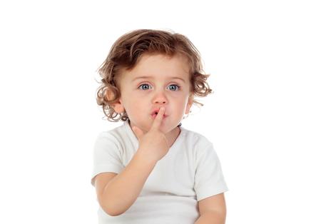 귀여운 아기 흰색 배경에 고립 된 침묵의 기호로 입술에 집게 손가락을 넣어있다