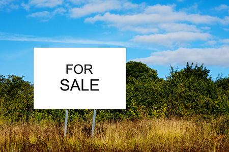 """Cartel de publicidad """"For Sale"""". Negocio de compra y venta de tierras"""