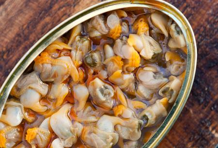 貝の缶詰の缶。健康的な食事