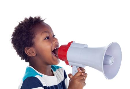 Kleine jongen die door een megafoon schreeuwt die op witte achtergrond wordt geïsoleerd