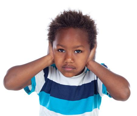 bulling: Niño africano que cubre sus oídos isoalted sobre un fondo blanco