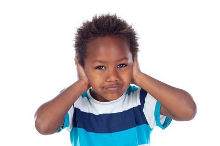 Niño africano que cubre sus oídos isoalted sobre un fondo blanco Foto de archivo - 80867012