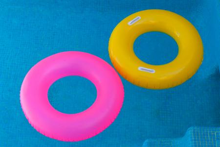 Colorido flota en una piscina de agua cristalina
