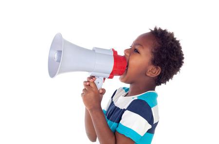 Petit garçon criant dans un mégaphone isolé sur fond blanc