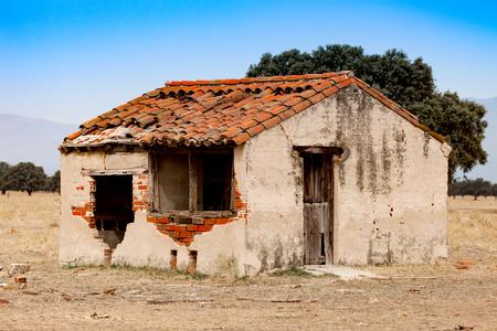 屋根が崩れて窓が割れた小さな古い家 写真素材 - 87245628