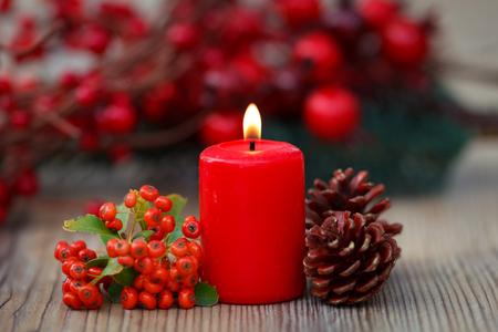 Velas de Natal em vermelho. Decoração para férias