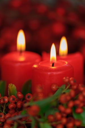 Velas de Navidad en rojo. Decoración para vacaciones
