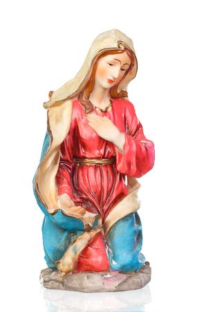 白い背景に分離された聖母マリアのセラミック フィギュア