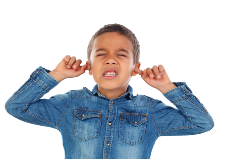 Small child covering his ears isoalted on a white background Foto de archivo - 95358971