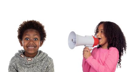 Enfant drôle criant à travers un mégaphone à son frère. Isolé sur fond blanc