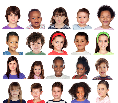 Molti ritratti di bambini diversi isolati su sfondo bianco