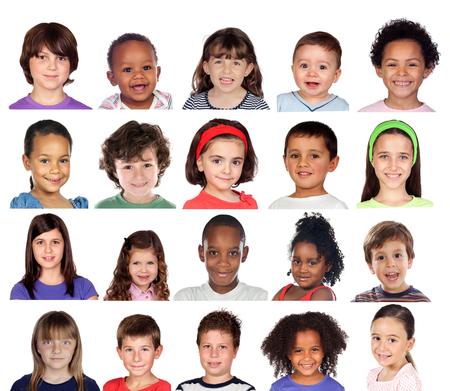Muchos retratos de diferentes niños aislados sobre un fondo blanco.