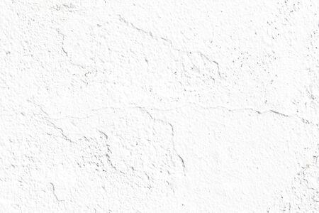 Fissure dans un mur blanc avec surface en brique de ciment