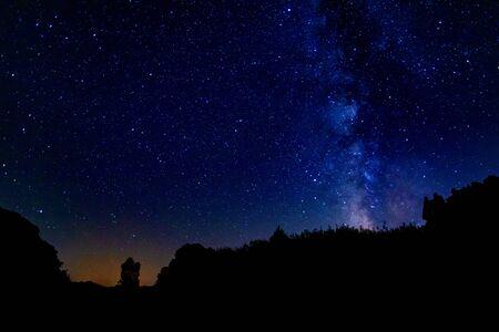 Milchstraße in Spanien im Sommer. Eine schöne Nacht