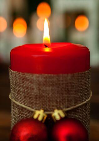 Świeca na Boże Narodzenie w kolorze czerwonym. Piękna dekoracja świąteczna