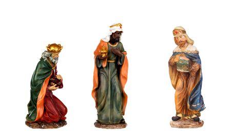 Los tres hombres sabios. Figuras de cerámica aisladas sobre fondo blanco.