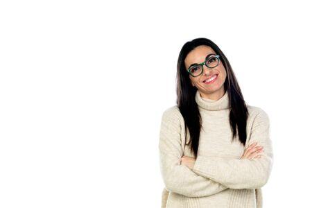 Attraktive brünette Frau mit Brille auf weißem Hintergrund Standard-Bild