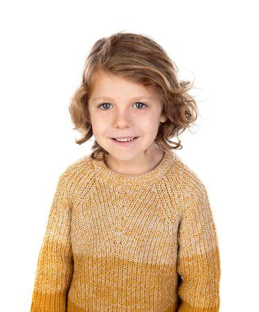 Glückliches blondes Kind mit langen Haaren isoliert auf weißem Hintergrund