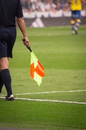 arbitro: Árbitro de fútbol con la bandera naranja y amarillo Foto de archivo