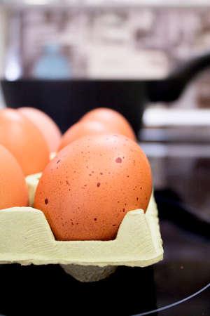 gamme de produit: Defocused background brown eggs in a kitchen Banque d'images