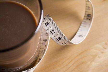 tomando leche: La leche con chocolate con una cinta métrica