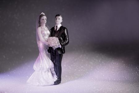 Nieuwgetrouwden omarmde bruid en bruidegom