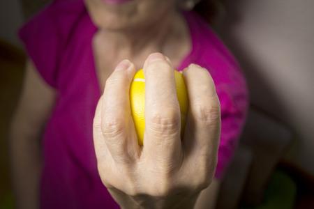 Ejercicios de rehabilitación para una mujer mayor con accidente cerebrovascular Foto de archivo - 87710843