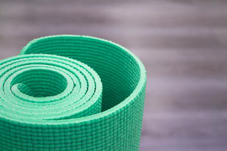 Yogamat op houten vloer om meditatieoefeningen uit te voeren Stockfoto - 89522078