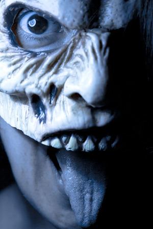 Retrato de una mujer zombie en la fiesta de halloween