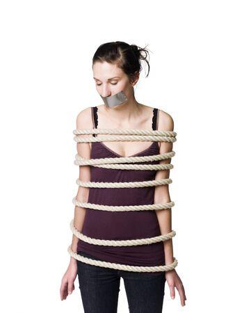 kokhalzen: Vastgebonden vrouw met tape over haar mond Stockfoto
