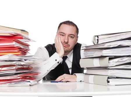 oficina desordenada: Hombre de trabajo duro en una oficina Foto de archivo