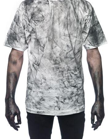 hombre sucio: Muy sucio al hombre hacia el fondo blanco Foto de archivo