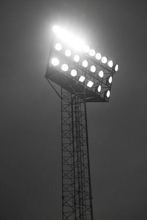 Stadio faretti lite durante la notte.