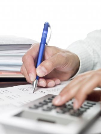 cuenta: Hombre haciendo c�lculos financieros.  Foto de archivo