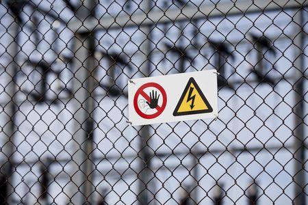 signos de precaucion: Signos de advertencia sobre una valla con profundidad focal corta.