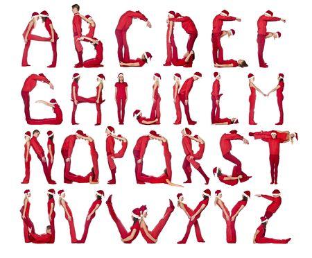 Gruppe von rot gekleidet Menschen bilden das Alphabet.