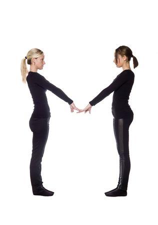 """letra m: La letra """"M"""" formada por personas vestidas de negro"""