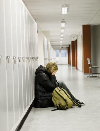 donna che grida: Giovane donna piangere dagli armadietti a scuola  Archivio Fotografico