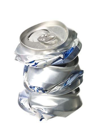 crushed aluminum cans: Pila de latas de aluminio cruzado aislados sobre fondo blanco Foto de archivo