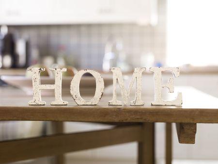 clean home: Huis met antieke brieven op voorgrond van een interieur
