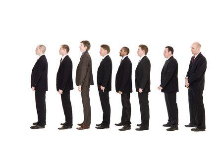 rows: Groep mannen staan in een lijn wachten