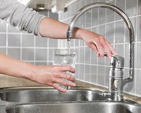 Mensen een glas water te vullen