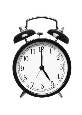 o�??clock: Reloj despertador muestra las cinco aislados en fondo blanco